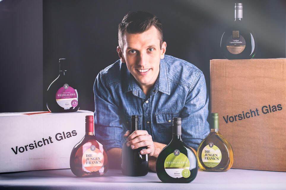 André Kunz von Pfalzweinfoto mit den Bocksbeuteln der GWF