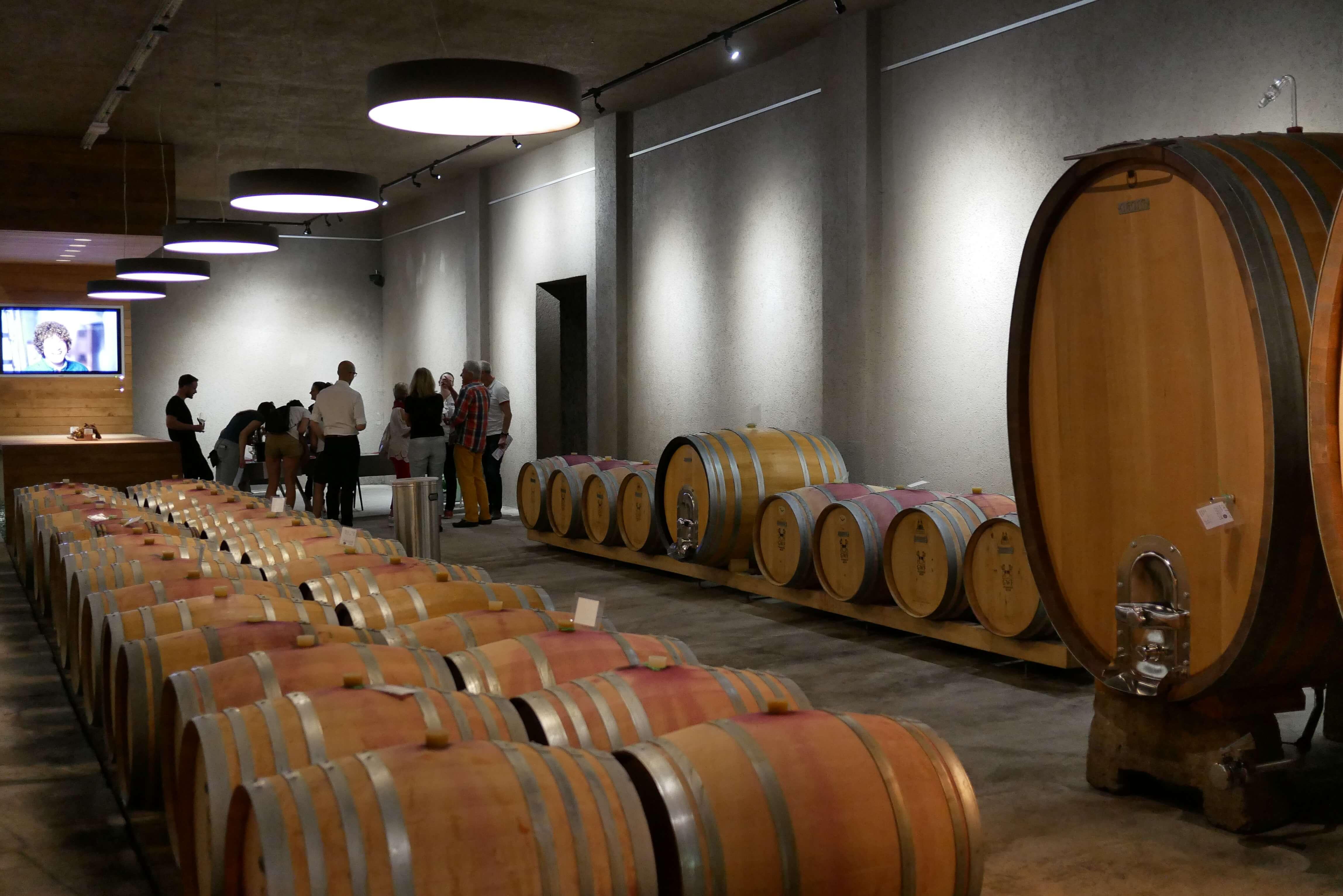 Blick auf einen der Plätze für Weinproben im Weinkeller der GWF FrankenVinothek.