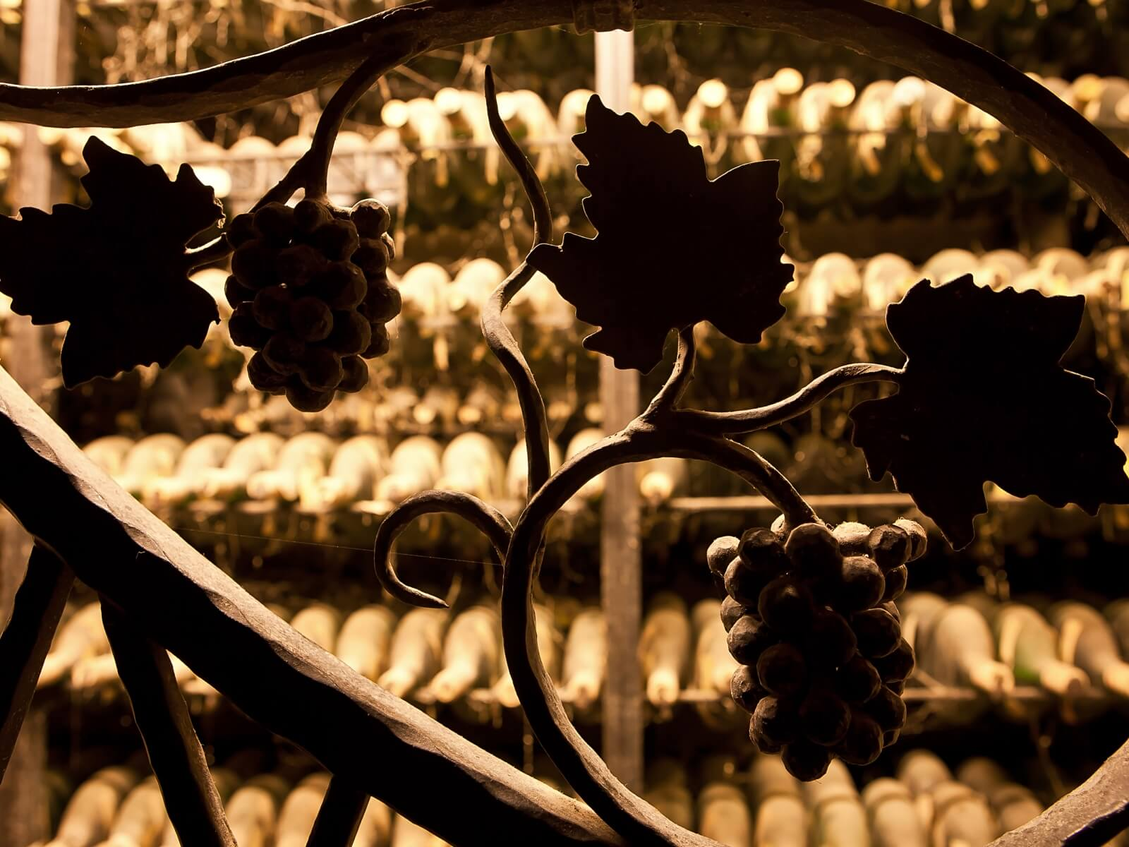Blick auf die verstaubten Flaschen der Schatzkammer des Winzerkellers im Taubertal
