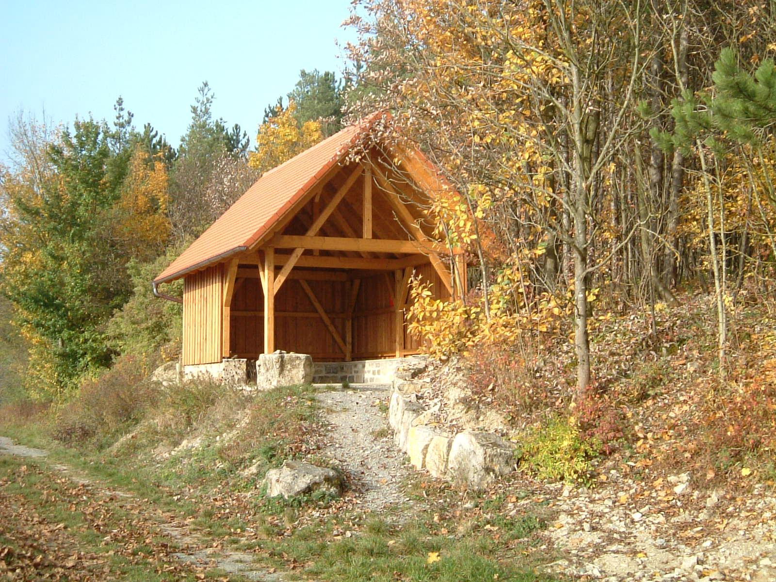 Sonnige Aufnahme der Steinweinhütte Stetten mit kleinem Zugangspfad davor.