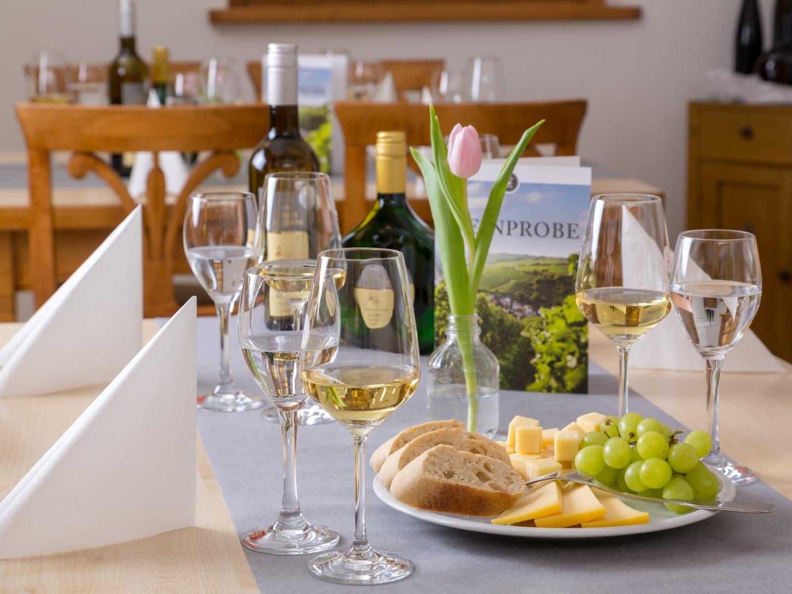 Ein gedeckter Tisch für Weinproben im Verkaufsraum der Weingalerie Schloss Crailsheim