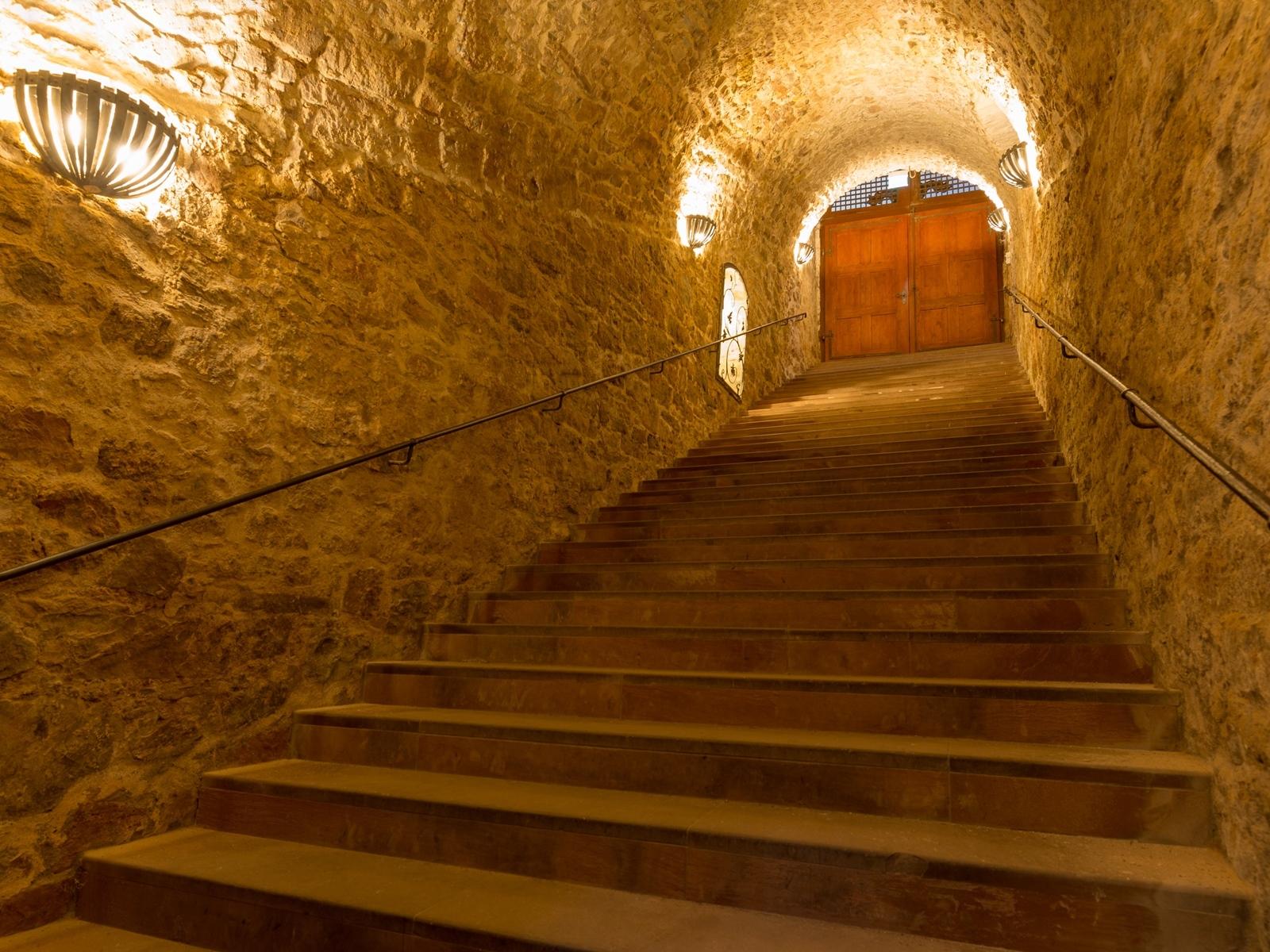 Treppenaufgang des Gewölbekellers im Winzerkeller Hammelburg, der 6 Meter unter dem Straßenniveau liegt