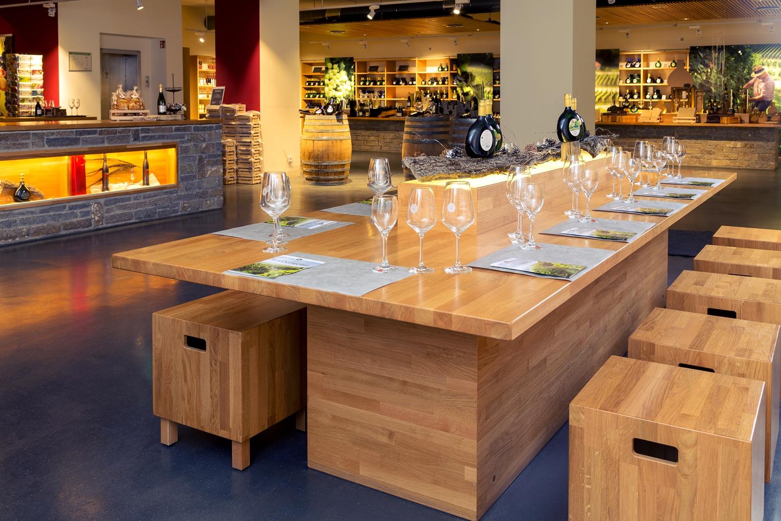 Ein gedeckter Tisch für Weinproben im Verkaufsraum der GWF FrankenVinothek.