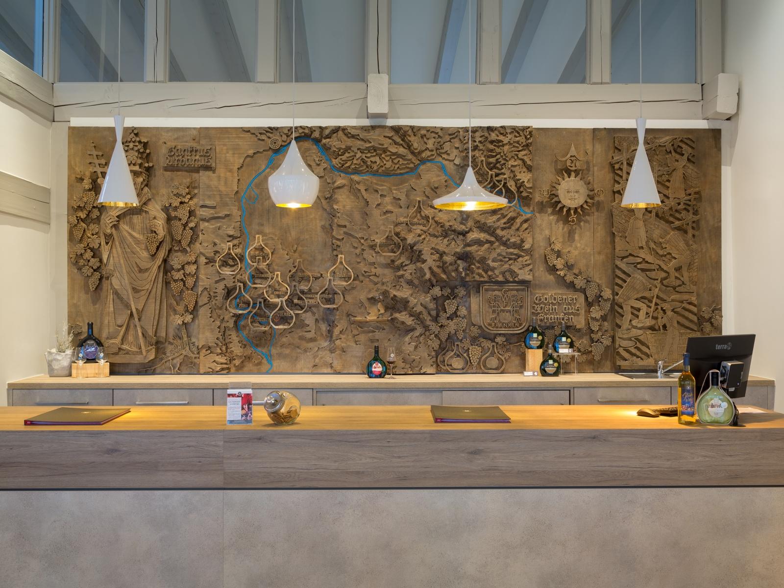 Der ansprechend gestaltete Verkaufsraum mit Verkaufstheke und Kupferplatte im Hintergrund