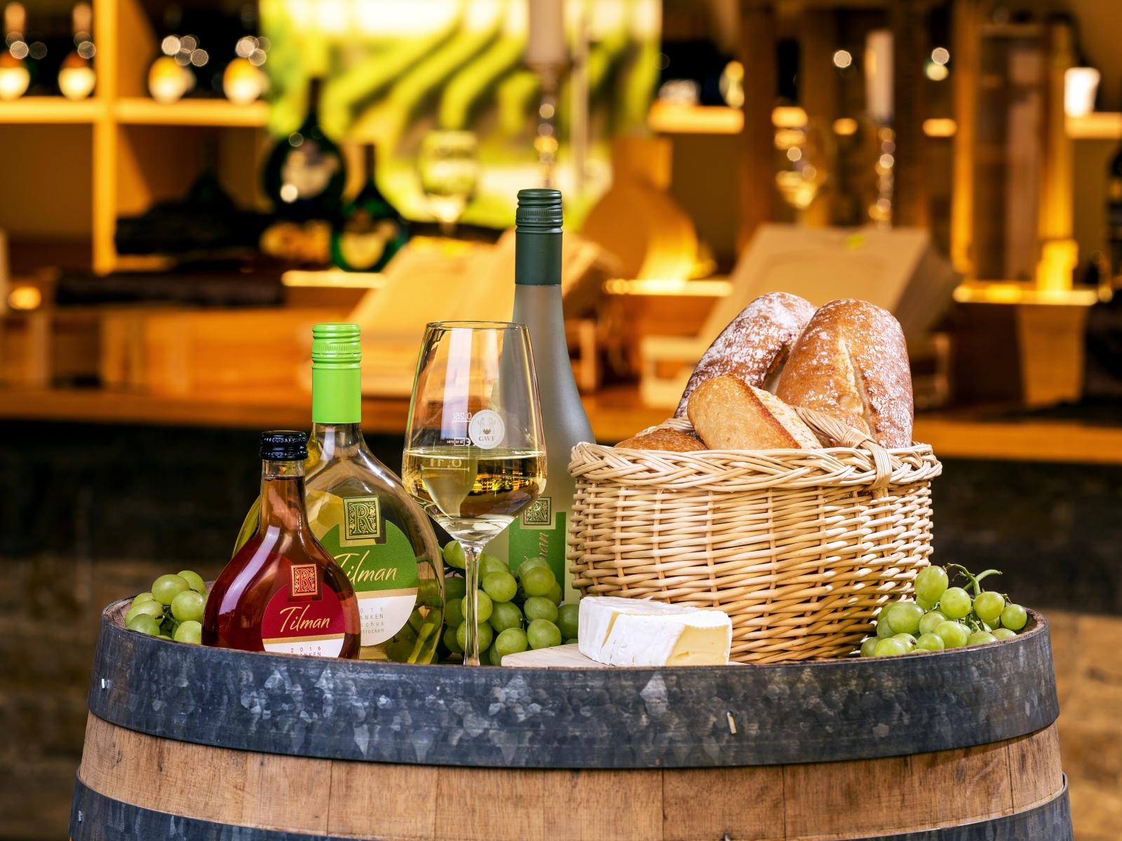 Ein Arrangement von Weinen, Trauben Käse und Brot in der GWF FrankenVinothek.