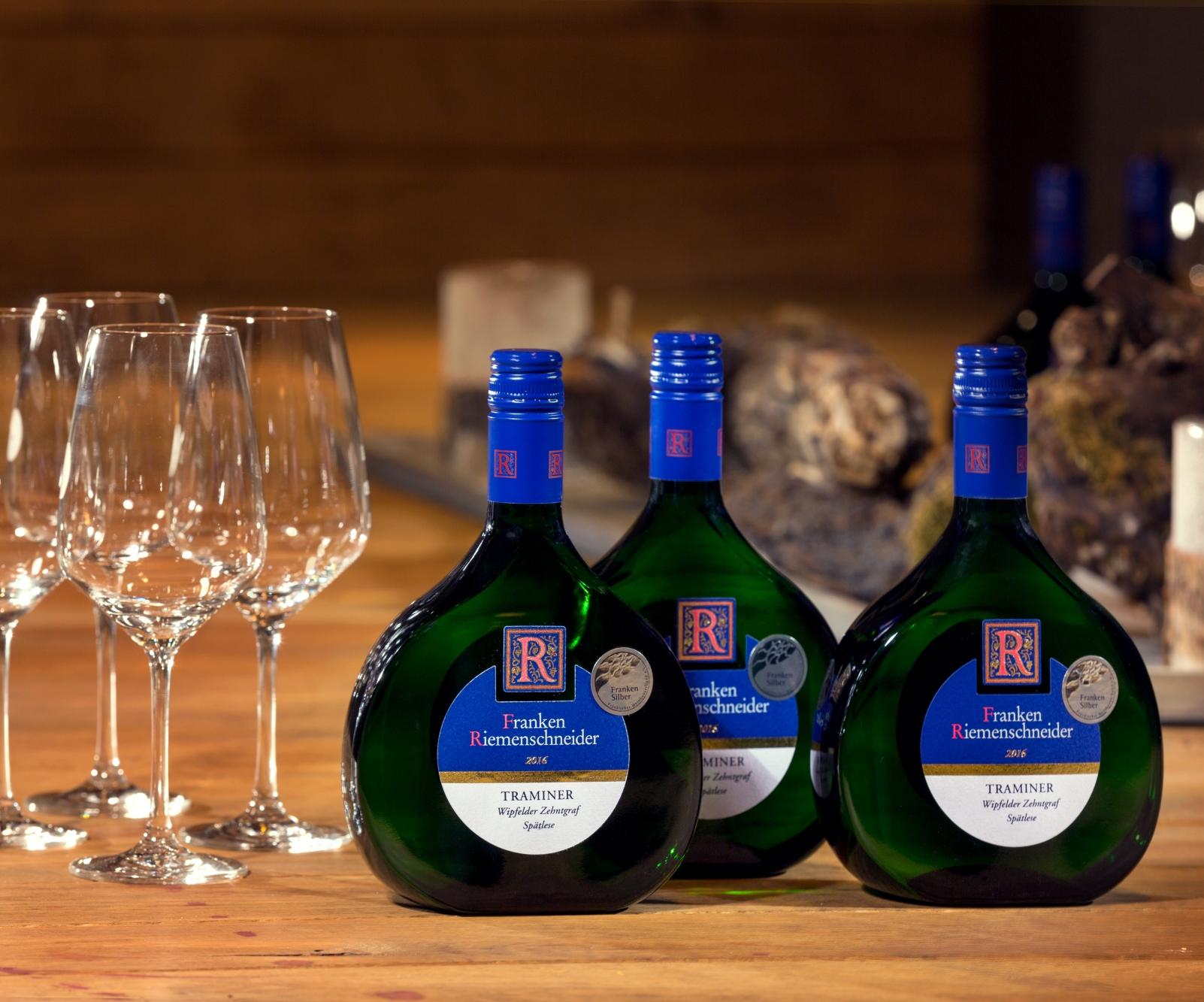 Blick auf ein Arrangement von Weinen zur Weinprobe in der GWF FrankenVinothek.