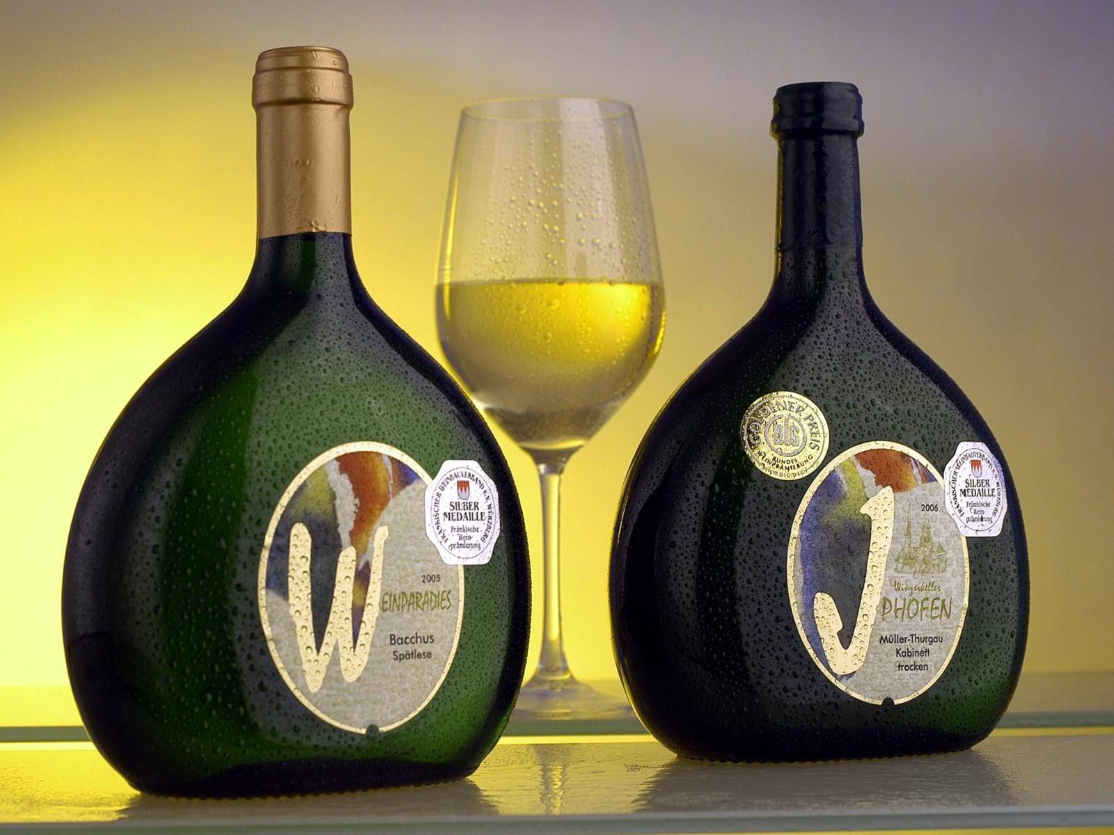 Blick auf ein Arrangement zur Weinprobe im Winzerkeller Iphofen.