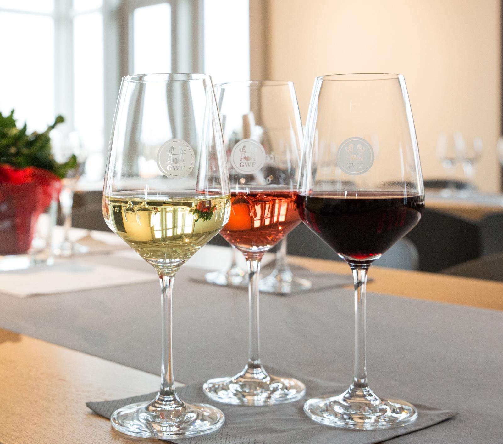 Blick auf ein Arrangement von Weinen zur Weinprobe in der GWF Mainschleifenvinothek