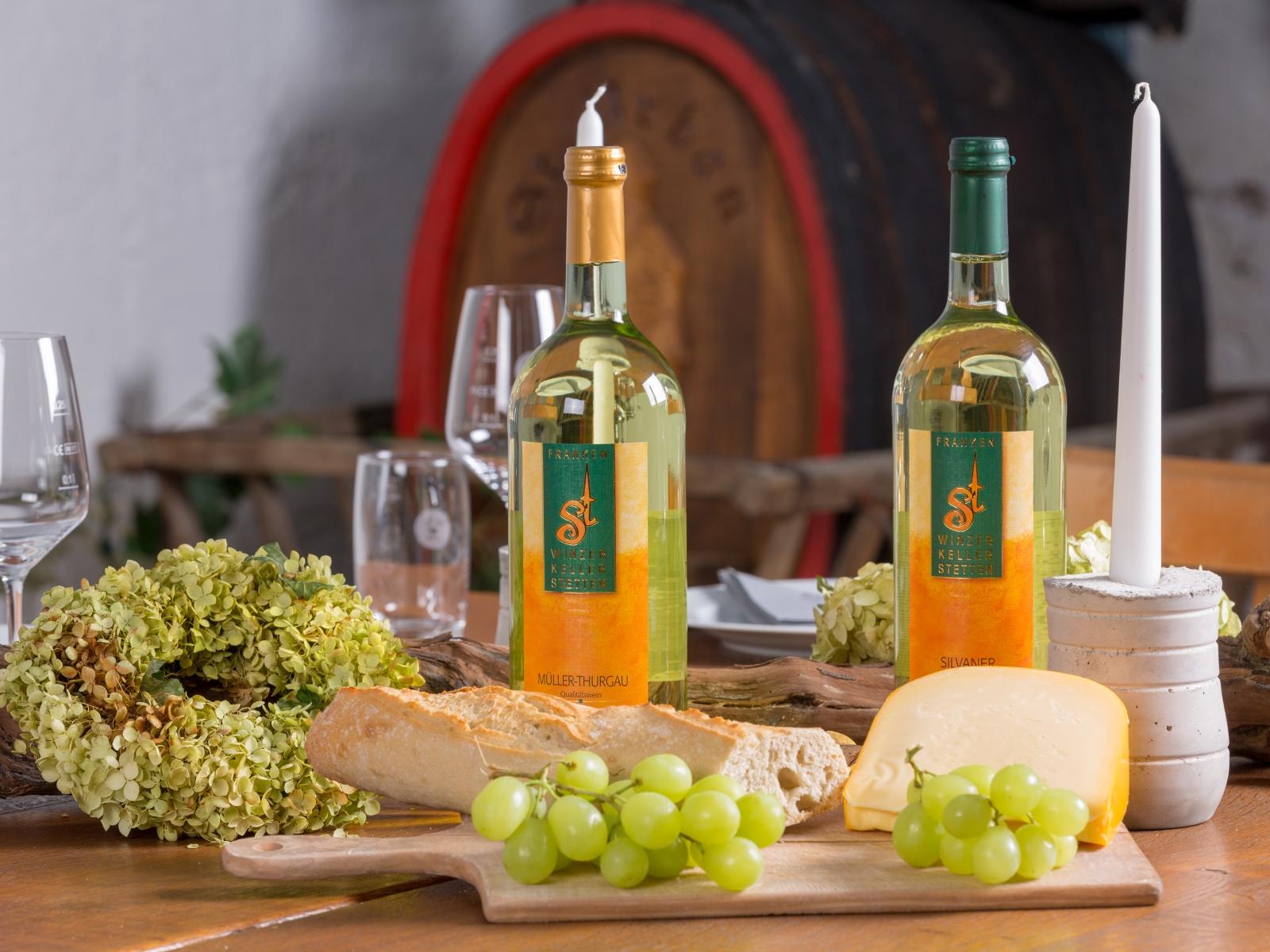 Eingedeckter Tisch für eine Weinprobe im Winzerkeller Stetten