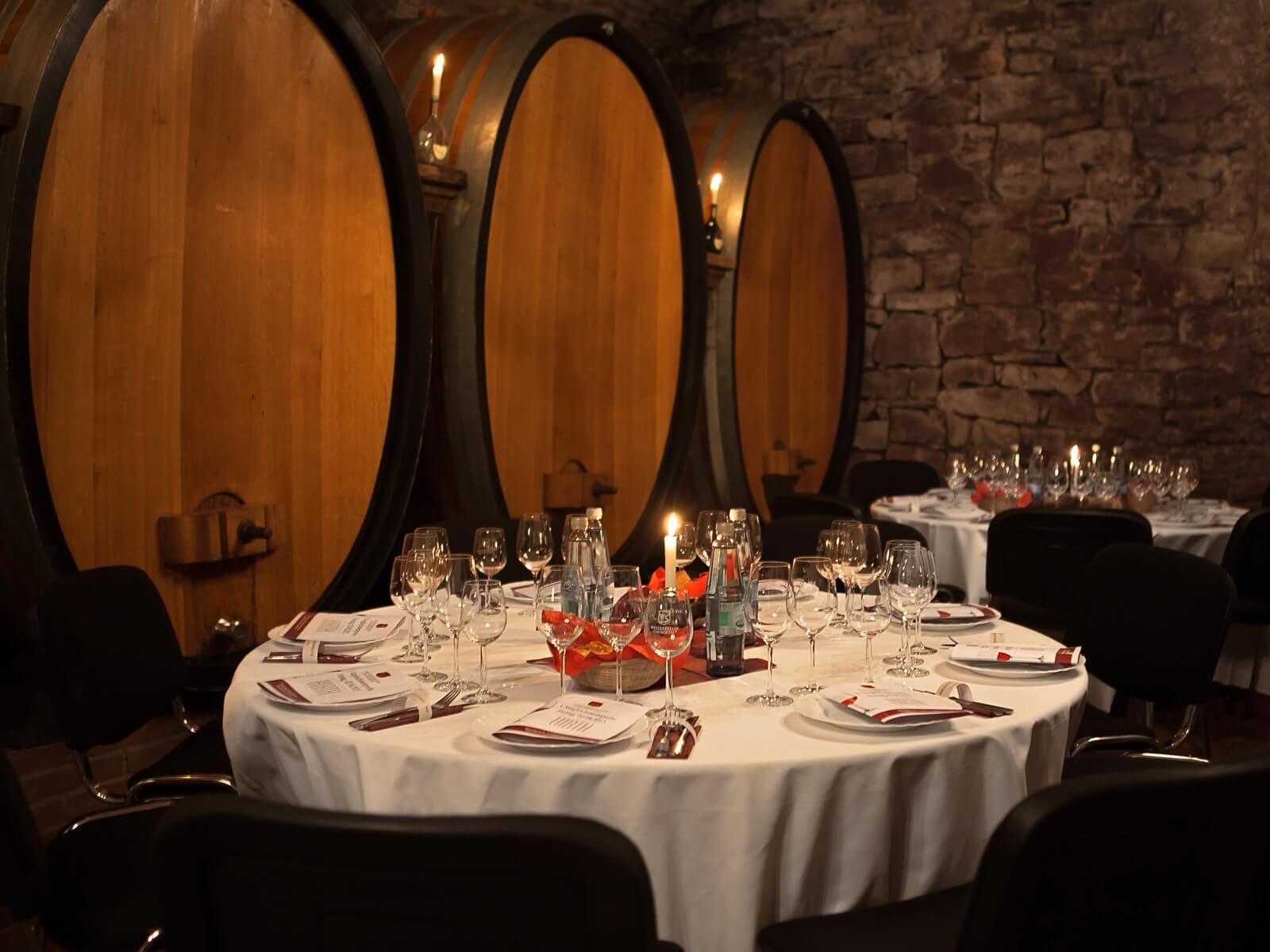 Vogelperspektive in den Gewölbekeller mit Weingläsern und Kerzen auf den Tischen