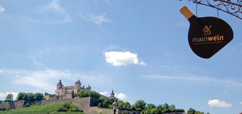 Mainwein auf der alten Mainbrücke in Würzburg