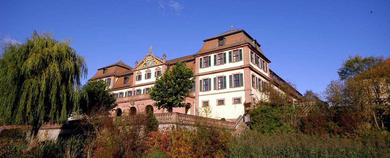 Blick auf die Außenansicht des Roten Schlosses, dem Wahrzeichen von Frankens ältester Weinstadt