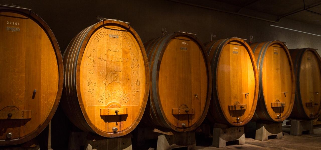 Blick auf die Weinfässer im Weinkeller der GWF FrankenVinothek.