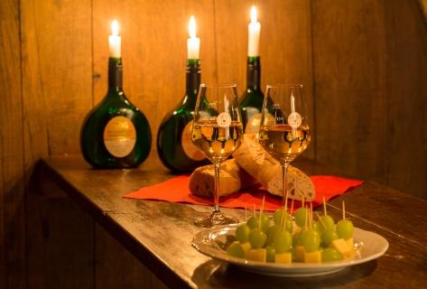 Weinprobe in einem ausgebauten Weinfass im Winzerkeller Hammelburg